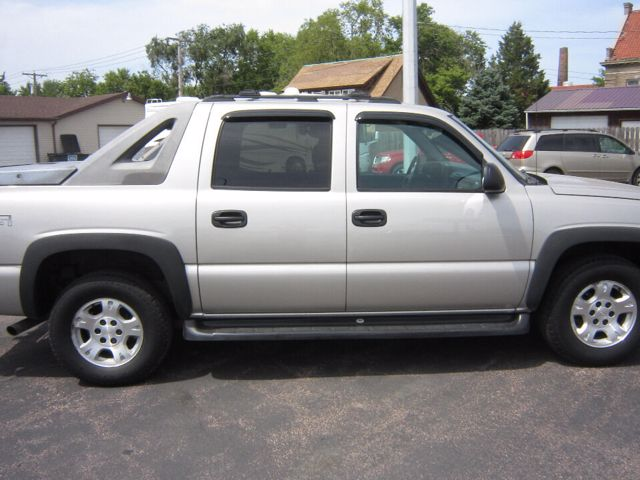 2004 Chevrolet Avalanche 1500, Sunburst Orange Metallic II (Red & Orange), Rear Wheel